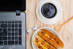 Svart kaffe och bagare Vietnamese eller Vietnam bröd, frukost, arkivfoto