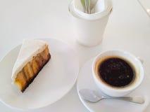 Svart kaffe och banoffeepaj Arkivfoto