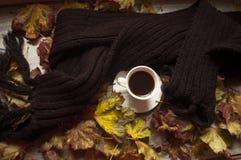 Svart kaffe och höstsidorna, höstbakgrund arkivfoton