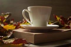 Svart kaffe och höstsidorna, höstbakgrund royaltyfria foton
