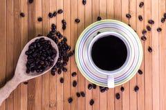 Svart kaffe och kaffeböna Royaltyfria Foton