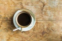 Svart kaffe på den gamla tabellen Fotografering för Bildbyråer