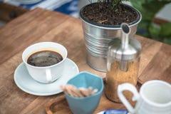Svart kaffe på trätabletopen Arkivbild