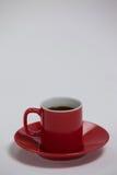Svart kaffe som tjänas som i röd kopp Royaltyfri Bild