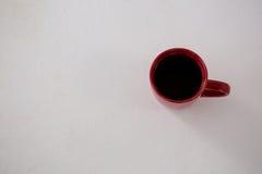 Svart kaffe som tjänas som i röd kopp Royaltyfri Foto