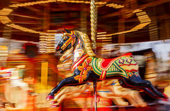 Svart karusellhästMontion suddighet Arkivbild