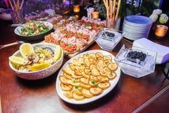 Svart kaviar och pannkakor Selektivt fokusera Royaltyfri Fotografi