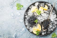 Svart kaviar på is arkivbild