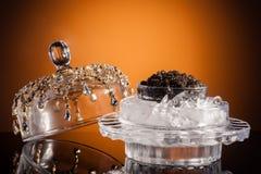 Svart kaviar på guld royaltyfri foto