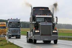 Svart Kenworth 900W för klassiker lastbil i eskortfartyg Fotografering för Bildbyråer