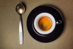 Svart keramisk kopp kaffeespresso och rånar närbild på guld- lodisar Royaltyfria Bilder