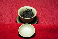 Svart kinesisk bakgrund för röd matta för te inget arkivbilder