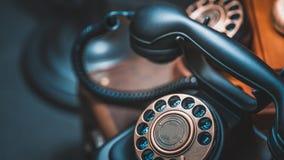Svart klassisk telefon för skrivbord för roterande visartavla för stil arkivfoto