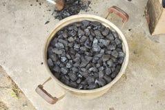 Svart kol i en panna royaltyfria foton
