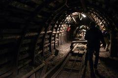 Svart kolgruva för tunnelbana med railtracks Arkivbilder