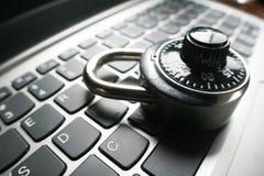 Svart kombinationslås på bärbar datortangentbordet som föreställer Cybersäkerhet Royaltyfri Bild