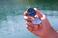 svart kompasshandholding Royaltyfri Bild