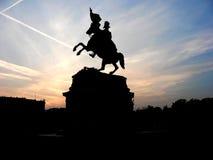 Svart kontur av monumentet av hästryttaren på bakgrund av den rosa solnedgången Royaltyfria Bilder