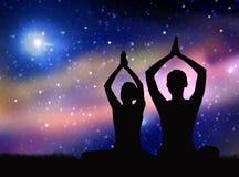 Svart kontur av par som mediterar över utrymme Arkivfoton