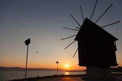 Svart kontur i morgonsolen Gammal väderkvarn, Nessebar Fotografering för Bildbyråer