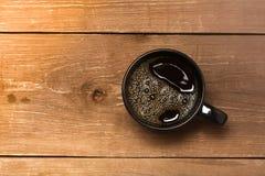 Svart kopp kaffe på den gamla trätabellen tonat Royaltyfri Foto