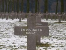 Svart kors på grav på kyrkogården av Ysselstein för en tysk okänd soldat i Nederländerna royaltyfria bilder