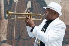 Svart kubansk musiker som spelar trumpeten Arkivfoto