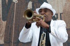 Svart kubansk musiker som spelar trumpeten Arkivbild
