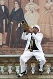 Svart kubansk musiker som spelar trumpeten royaltyfria bilder