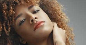 Svart kvinna för blandat lopp med den neutrala makeupståenden Royaltyfri Foto