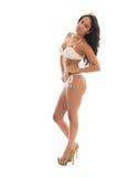 Svart kvinna i den vita bikinin på sidan Royaltyfri Foto