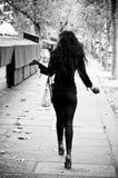 Svart kvinna i gränsen Seine River i paris Royaltyfri Foto
