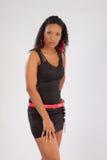 Svart kvinna i svart dräkt Arkivfoto