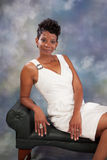 Svart kvinna i vit Royaltyfri Fotografi