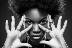 Svart kvinna med afro hårstil Arkivbild