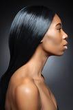 Svart kvinna med långt rakt hår Royaltyfri Bild