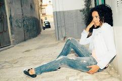 Svart kvinna modell av mode i staden arkivfoton