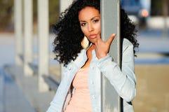 Svart kvinna modell av mode i stads- bakgrund Royaltyfri Foto