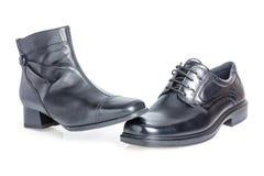 Svart kvinna skor på svart man skor royaltyfria bilder