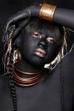 Svart kvinna som bär stam- inspirerat mode arkivfoto