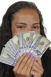 Svart kvinna som rymmer 100 dollarräkningar Arkivfoto