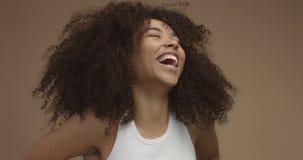 Svart kvinnastående för blandat lopp med stort afro hår, lockigt hår arkivbilder