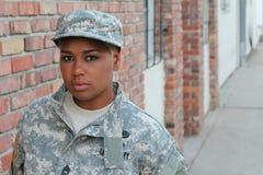 Svart kvinnlig soldat med utrymme för kopia royaltyfri foto