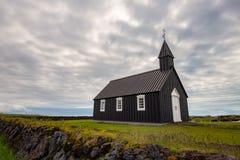 Svart kyrka av Budir på den Snaefellsnes halvön i Island arkivbilder