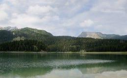 Svart lake En härlig is- sjö i den Durmitor nationalparken, Montenegro Royaltyfria Bilder