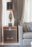 Svart lampa på trätabellen i vardagsrum arkivfoto