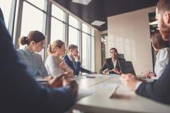 Svart ledare av affärsfolket som ger ett anförande i ett konferensrum Royaltyfri Foto