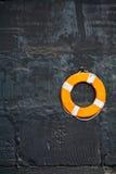 svart lifebuoy vägg Arkivbild