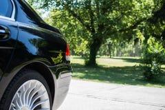 Svart limousinebaksidasikt som parkeras i parkera Fotografering för Bildbyråer