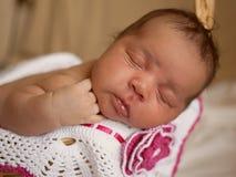Svart litet nyfött behandla som ett barn att sova Arkivfoton